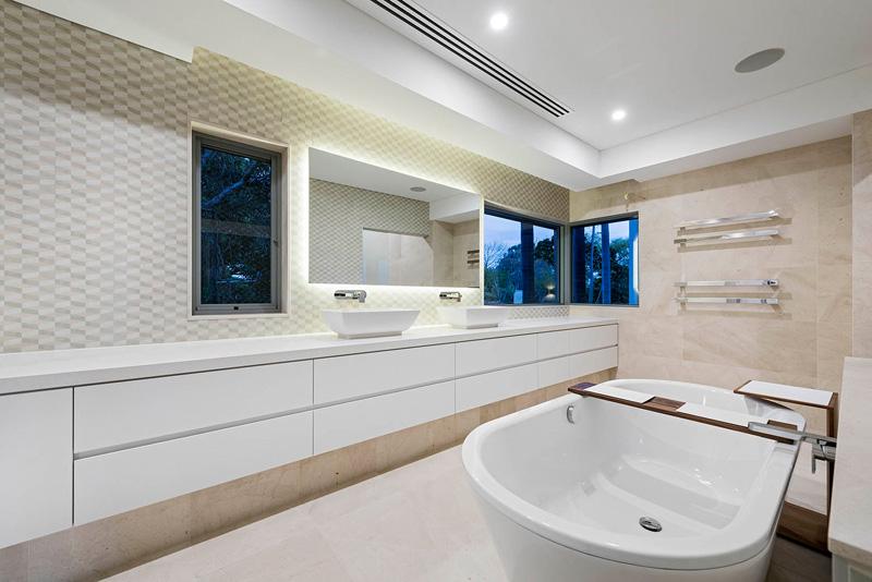Badkamer Met Niveaus : Huis met zwembad twee keukens en een grote badkamer